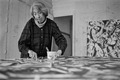 Lee Krasner en el trabajo, 1981. Foto de Ernst Haas / Getty Images.